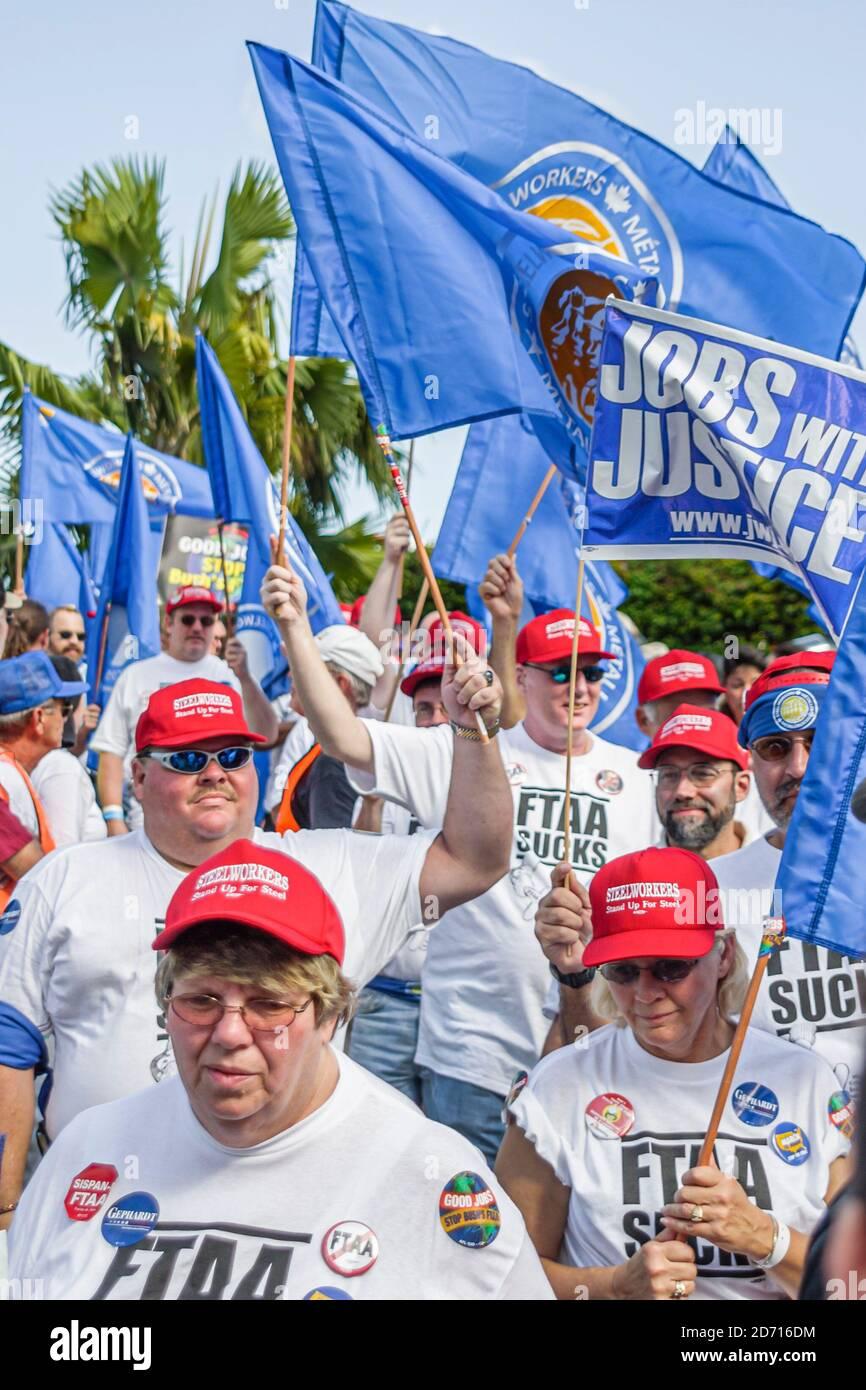 Florida Miami Biscayne Boulevard, zone de libre-échange du Sommet des Américains manifestations de la ZLEA, manifestants sidérurgistes femmes hommes, Banque D'Images