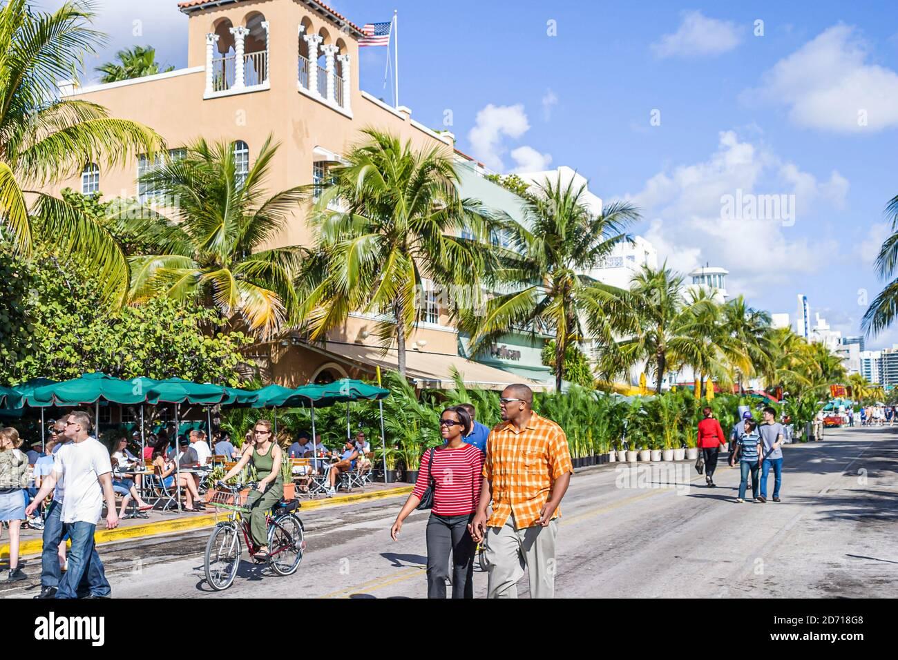 Florida Miami Beach South Beach Art Deco District Ocean Drive, Black Blacks Africains Afro-Africains homme américain femme couple, marche à pied Banque D'Images