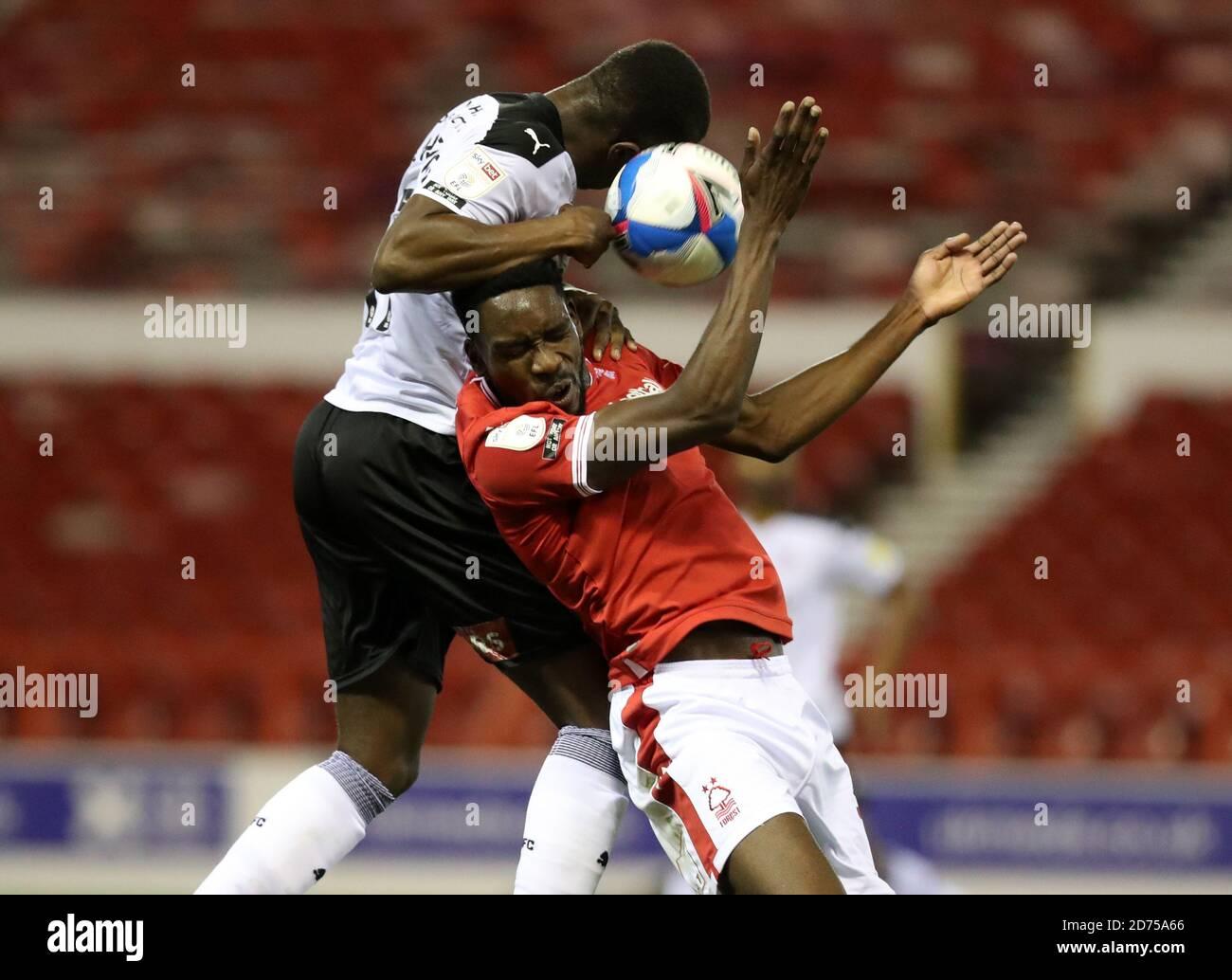 Sammy Ameobi de Notingham Forest et Wes Harding de Rotherham se battent pour le ballon lors du championnat Sky Bet au City Ground, Nottingham. Banque D'Images