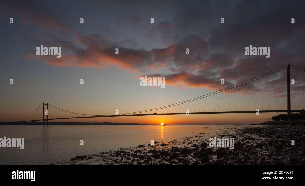 Le pont Humber - le pont suspendu à travée unique le plus long du Royaume-Uni, au coucher du soleil Banque D'Images