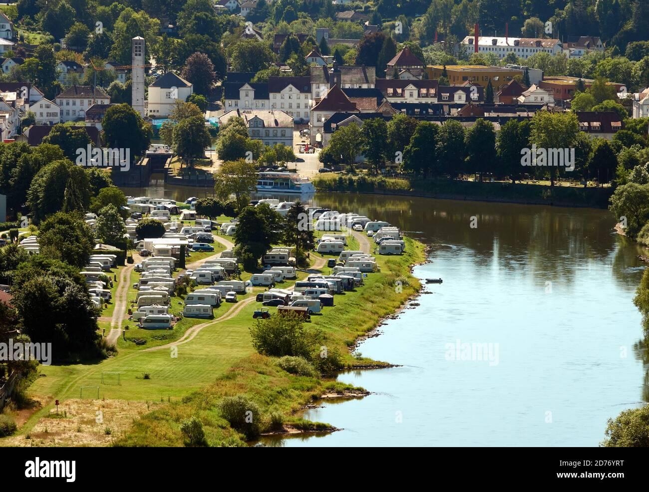 Vue aérienne d'un terrain de camping avec beaucoup de caravanes dans une boucle du Weser dans le Weserbergland près de Beverungen, Allemagne Banque D'Images