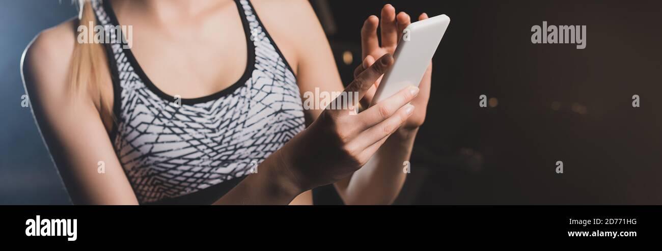 Prise de vue panoramique de sportswoman à l'aide d'un téléphone portable Banque D'Images