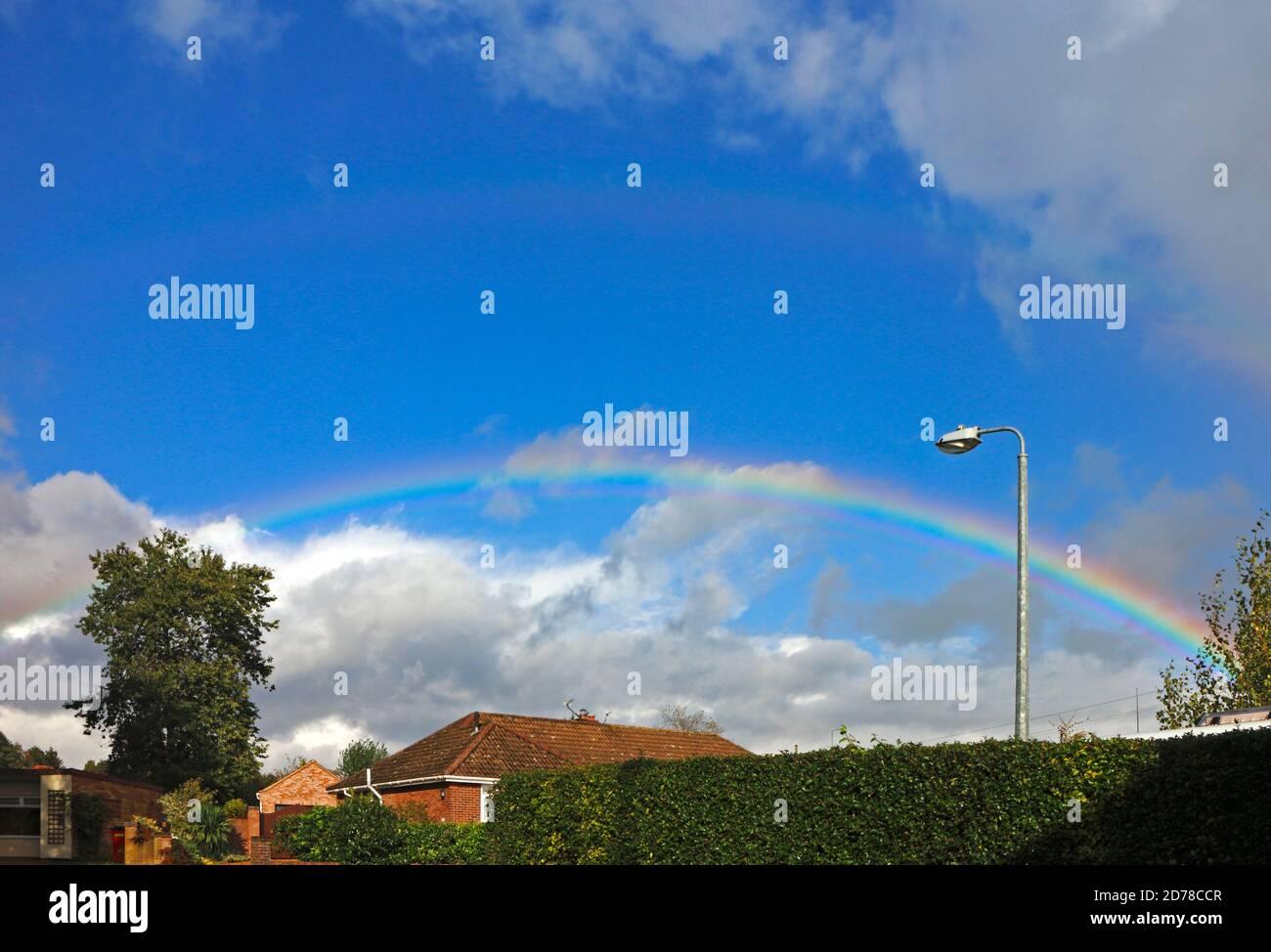 Un arc-en-ciel contre un ciel bleu lors d'une journée d'exposition en automne à Hellesdon, Norfolk, Angleterre, Royaume-Uni. Banque D'Images