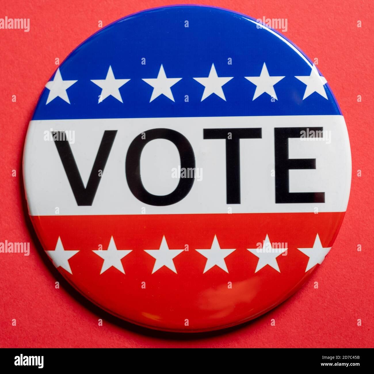 Boutons de vote sur fond rouge avec espace de copie. Thème de l'élection Banque D'Images