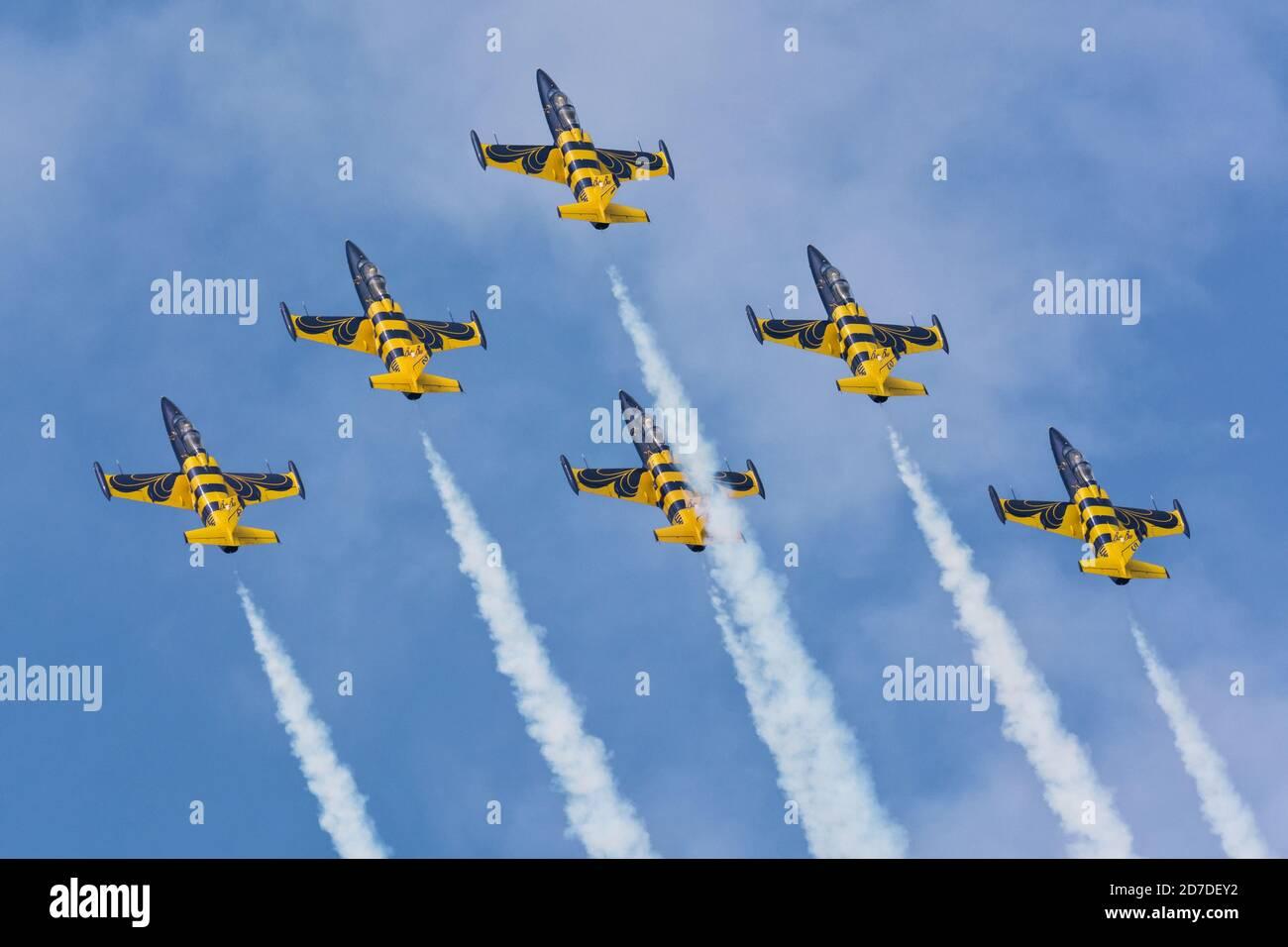 Baltic Bees Jet Team volant dans les nuages avec de la fumée Au salon Radom Airshow 2018 Banque D'Images