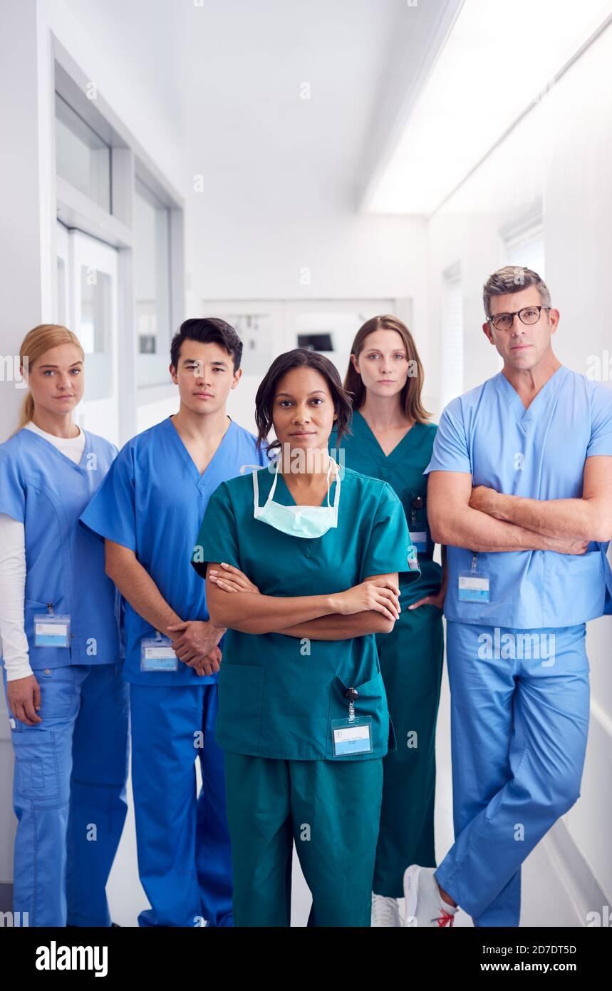 Portrait d'une équipe médicale multiculturelle debout dans le couloir de l'hôpital Banque D'Images