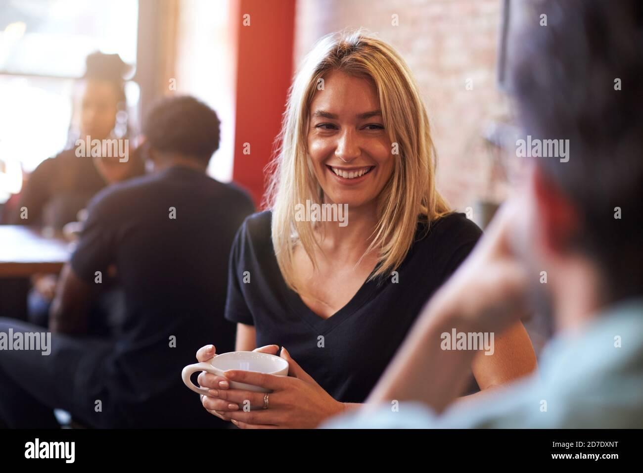 Réunion de couple et discussion au café-restaurant assis à la table Banque D'Images