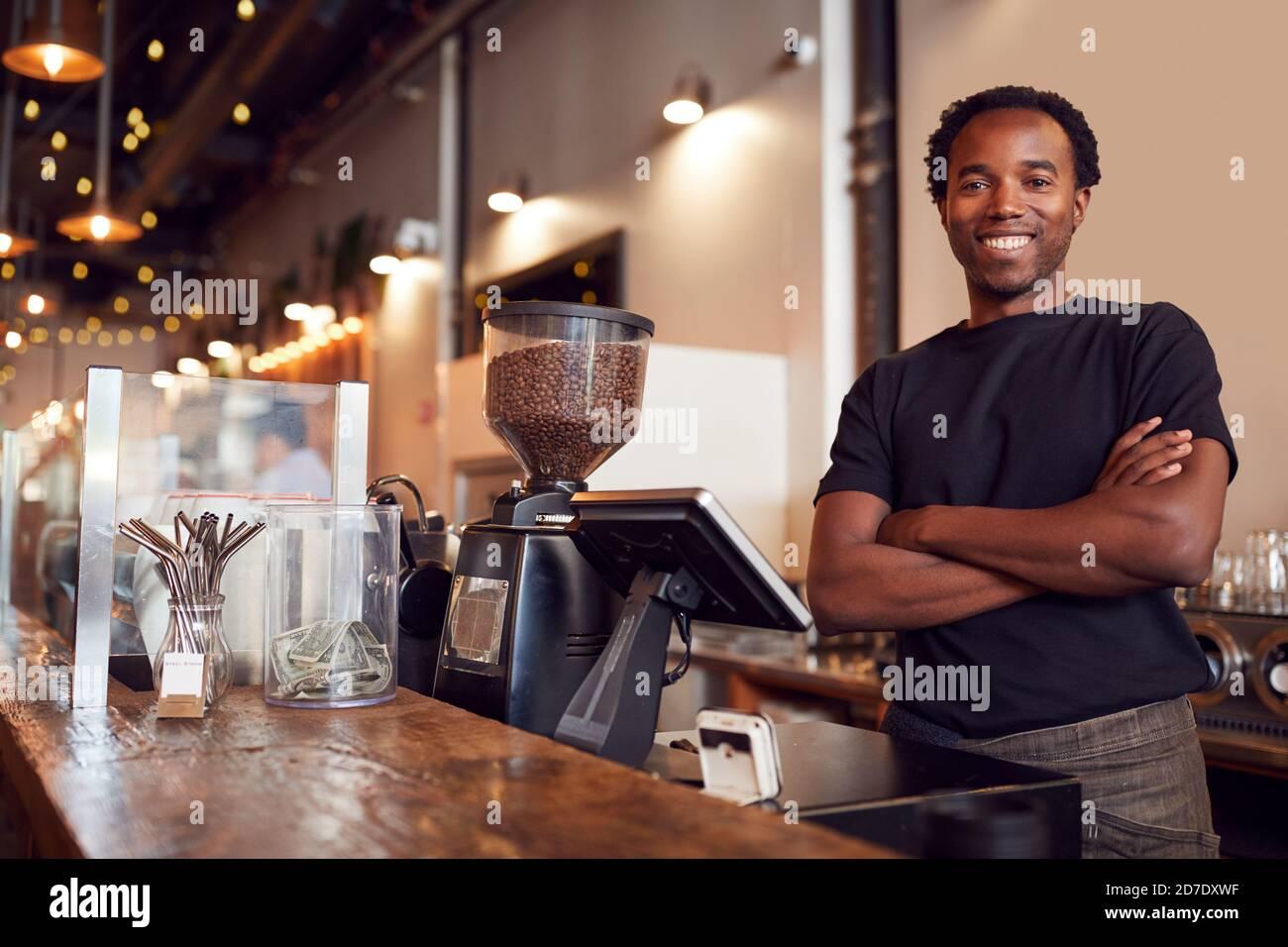 Portrait du propriétaire d'un café masculin au bureau des ventes Banque D'Images