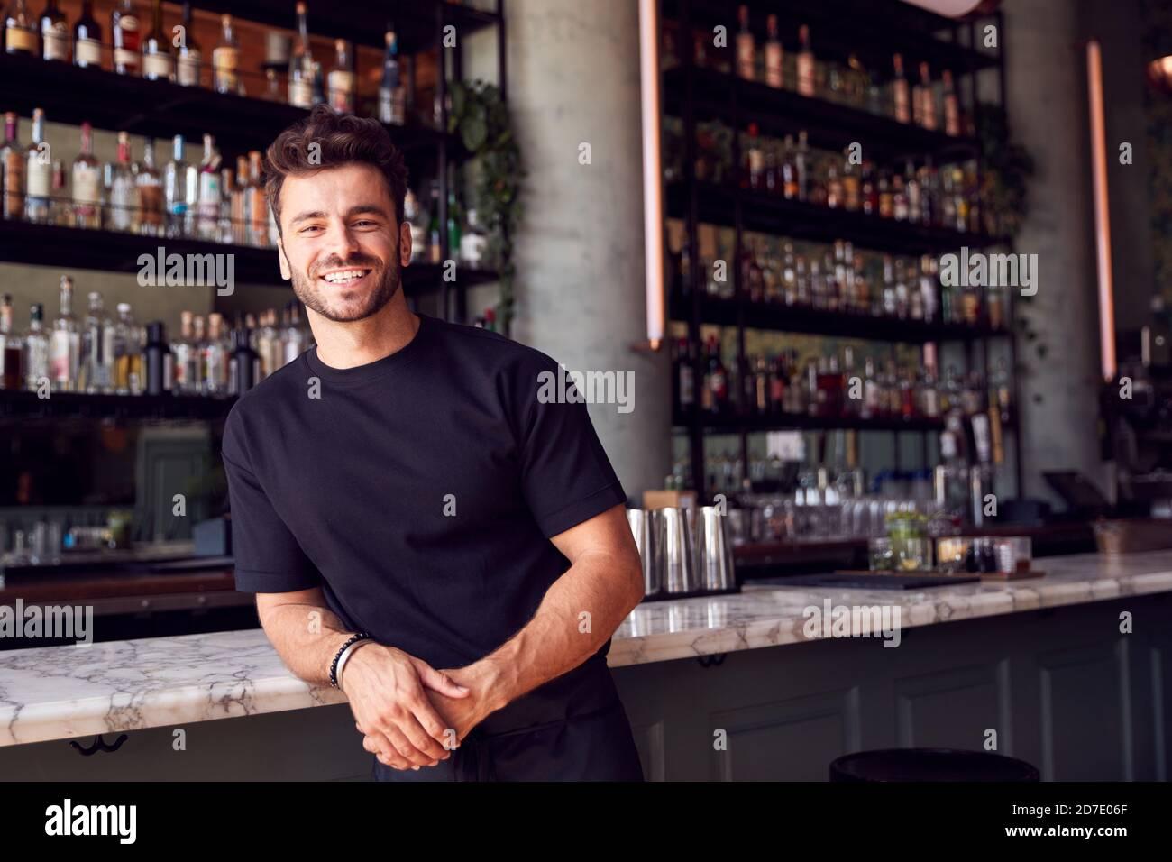 Portrait d'un homme confiant propriétaire du bar du restaurant penses contre Compteur Banque D'Images