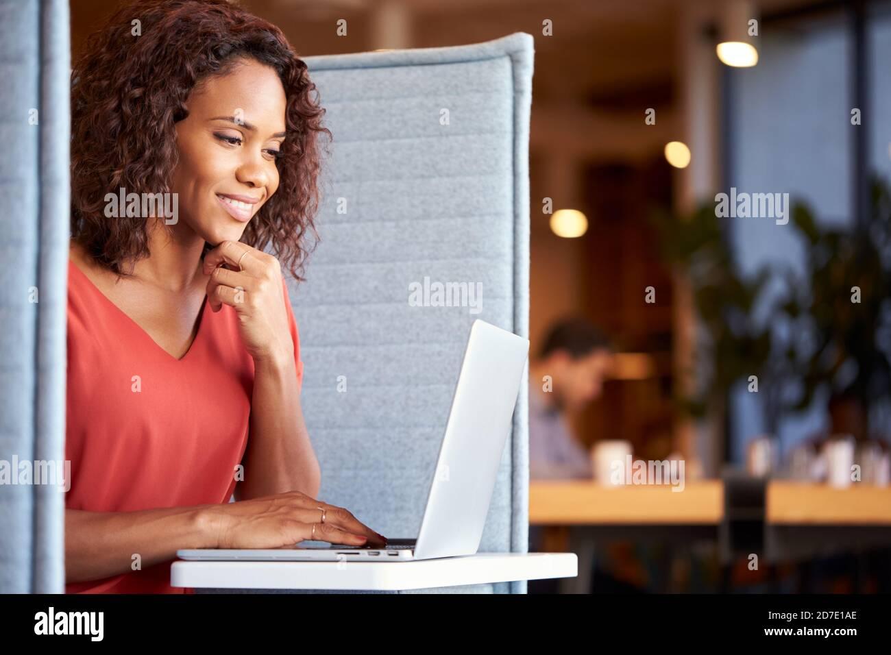 Femme d'affaires au bureau dans l'armoire de l'espace de travail moderne Utilisation de l'ordinateur portable Banque D'Images