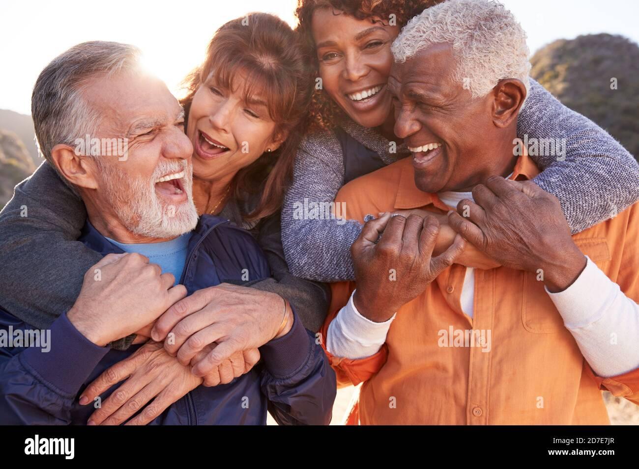 Des amis aînés souriants se sont amusés à marcher ensemble dans la campagne Banque D'Images