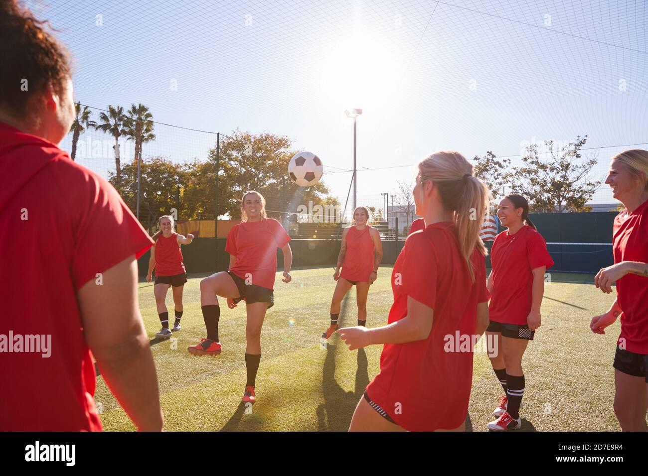 Équipe de football Kicking ball pour Femme pendant l'entraînement pour le match de football Sur le terrain Astro Turf Banque D'Images