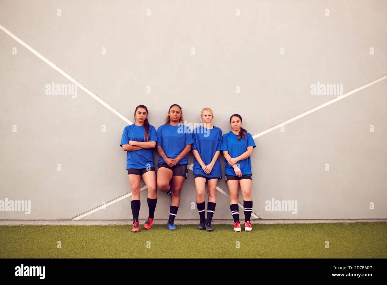 Photo graphique de l'équipe de football pour Femme qui se pend contre le mur pendant Entraînement pour le match de football Banque D'Images