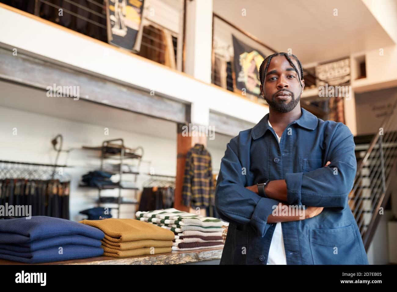 Portrait du propriétaire masculin du magasin de mode debout devant De vêtements Banque D'Images
