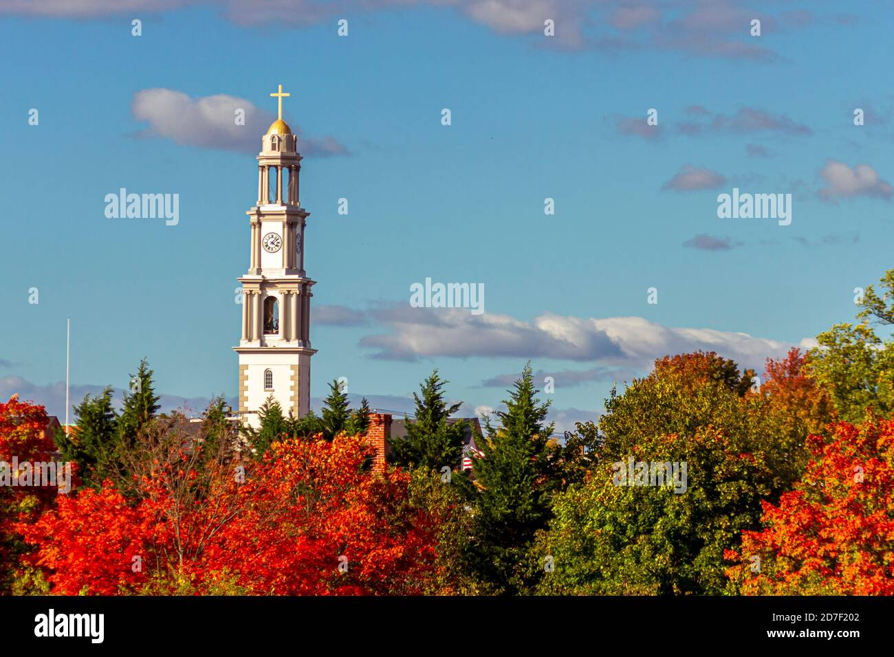 Une vue panoramique de Frederick lors d'un après-midi ensoleillé en automne. Le plus haut bâtiment de la ville (clocher de l'église catholique Saint-Jean-Évangéliste) tours a Banque D'Images