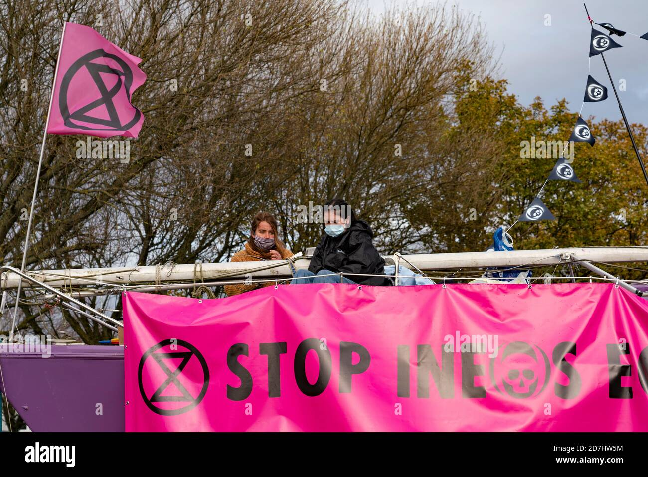 Grangemouth, Écosse, Royaume-Uni. 23 octobre 2020. Extinction les manifestants de la rébellion contre le changement climatique bloquent l'entrée du siège de l'INEOS à Grangemouth. Les manifestants se sont enfermés ensemble avec la chaîne et ont garé un yacht dans la route bloquant l'accès. La police a fermé Inchyra Road. Iain Masterton/Alay Live News Banque D'Images