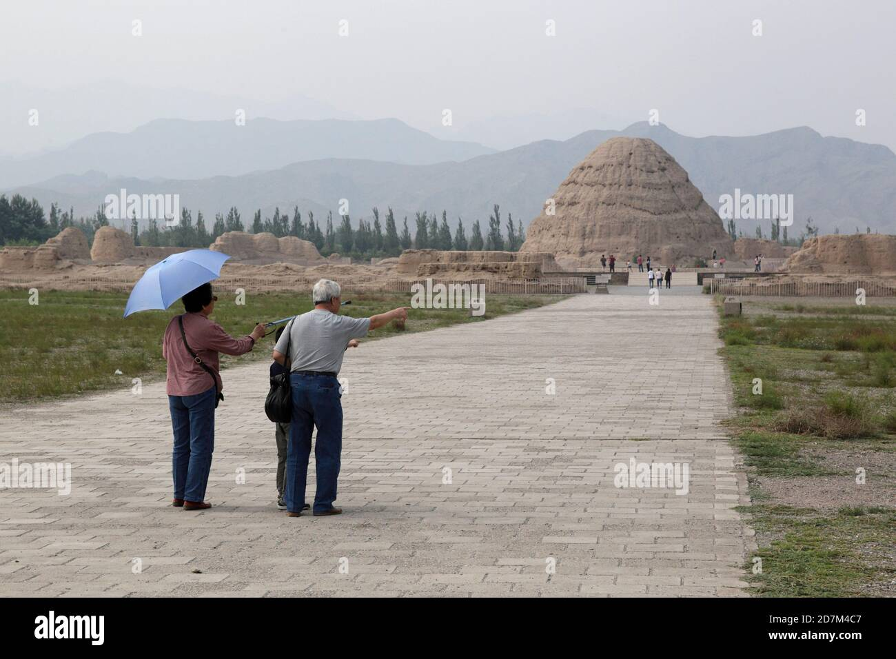 Visiteurs sur le sentier des Tombeaux de Xixia Lingmu, Ningxia, Chine 16 août 2011 Banque D'Images