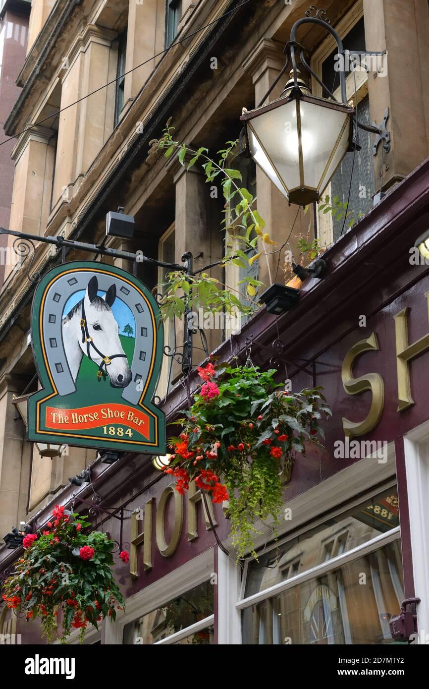 Signalisation au-dessus de l'entrée du célèbre Horseshoe Bar dans le centre-ville de Glasgow, Écosse, Royaume-Uni Banque D'Images