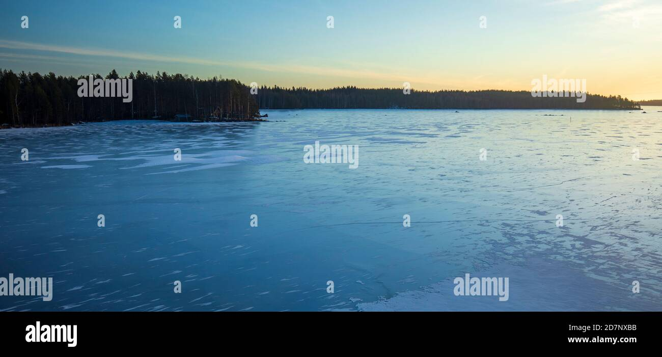 Nouvelle glace fraîche sans neige au lac Etelä-Konnevesi à Etelä-Konneveden Kansallispuisto (parc national) au détroit de Kivisalmi à Winter, Finlande Banque D'Images