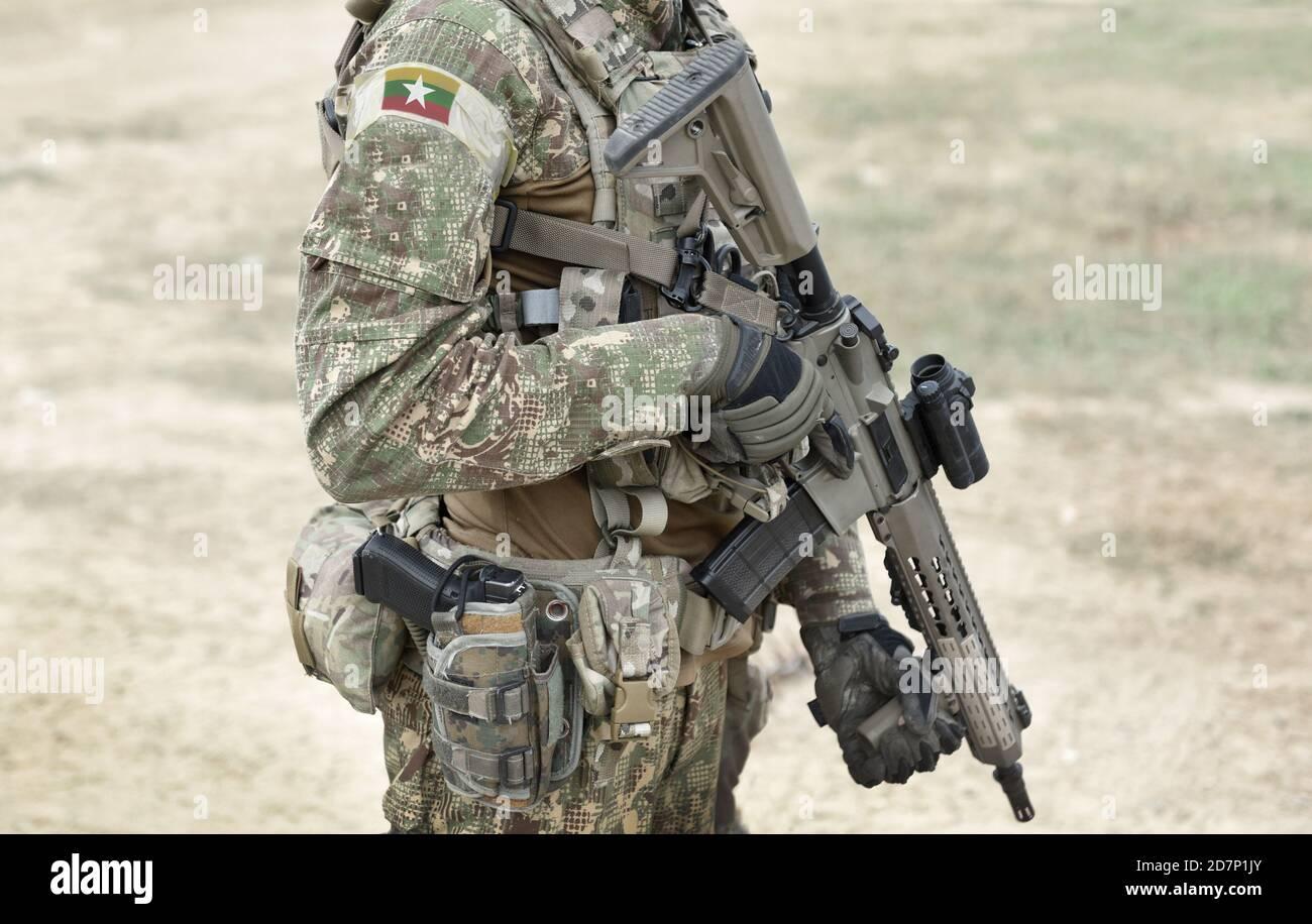 Soldat avec fusil d'assaut et drapeau du Myanmar et également connu sous le nom de Birmanie sur l'uniforme militaire. Collage. Banque D'Images