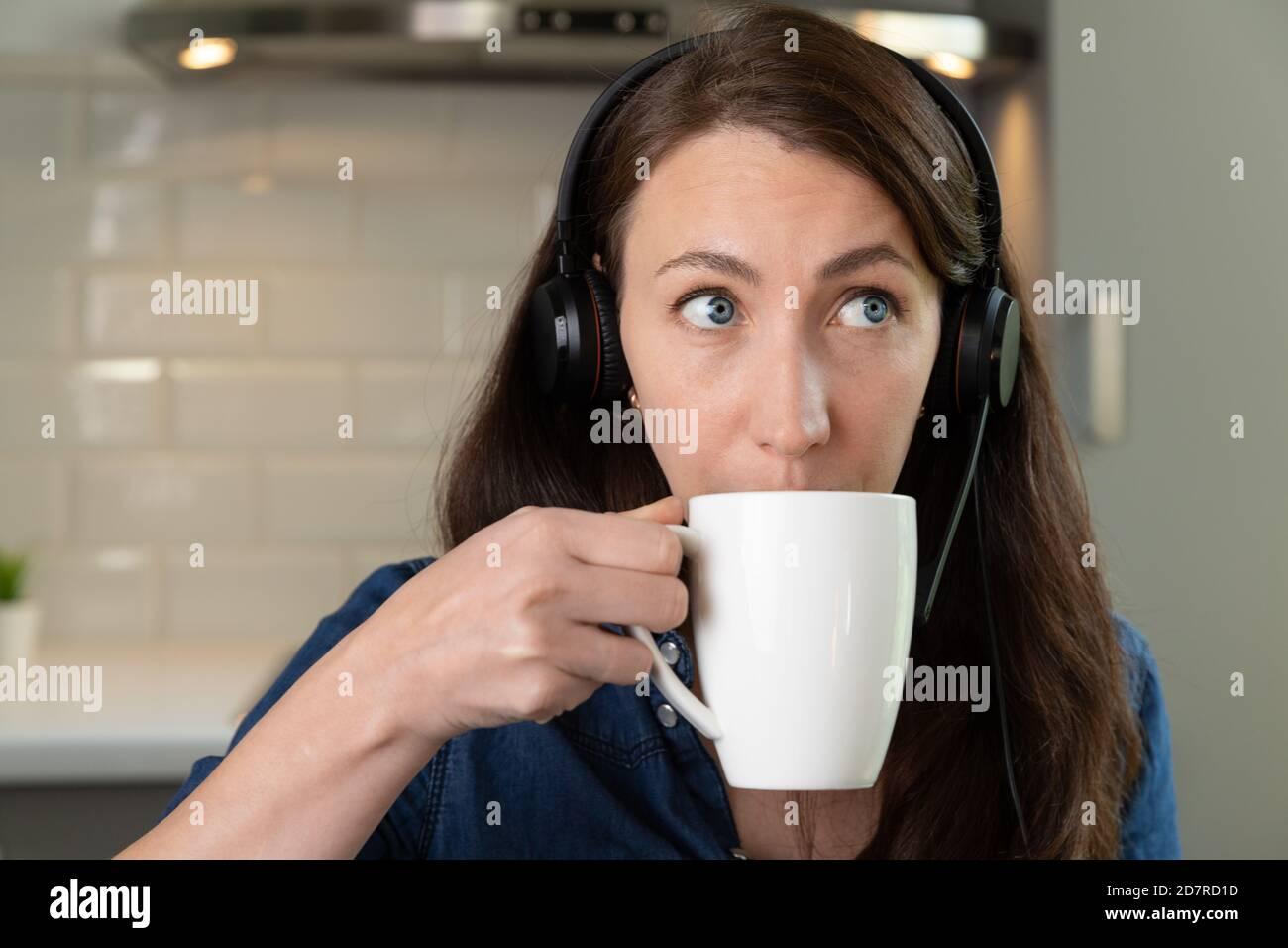 Les femmes de Bautifull sur un appel de conforence dans le bureau à domicile dans la cuisine. Travailler à domicile. Nouveau concept normal. Banque D'Images
