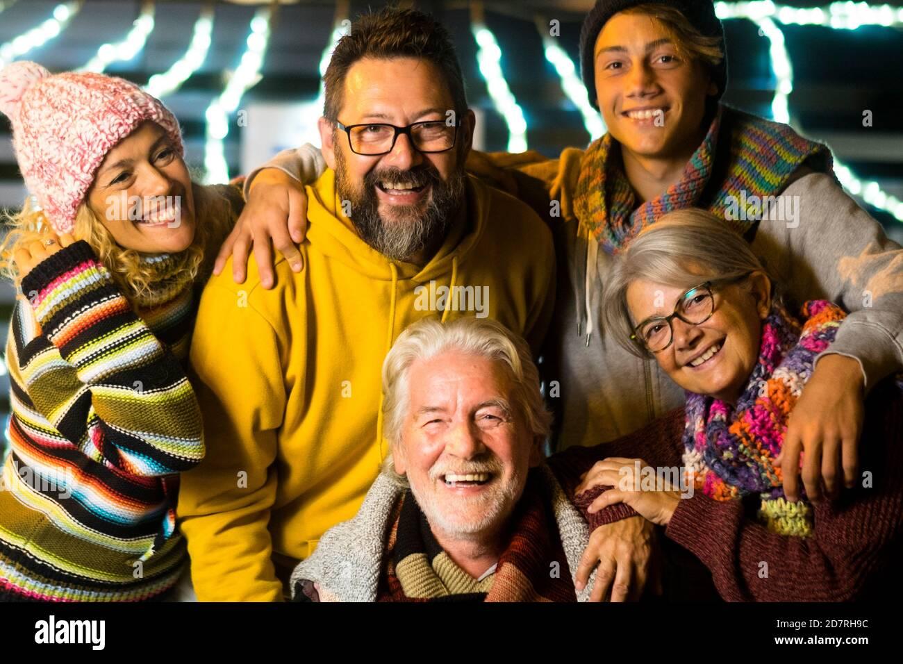 Les familles des caucasiens heureux fêtent ensemble la Saint-Sylvestre amusant - joyeux mied générations d'années profiter de la fête par nuit en hiver Banque D'Images