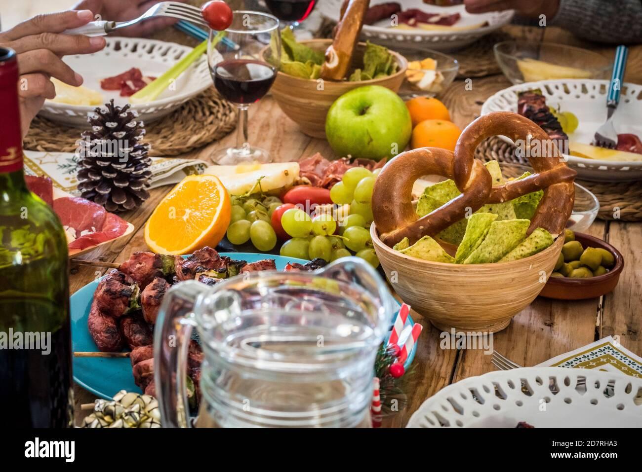 Gros plan de la décoration d'hiver la table de la veille de noël pleine de la nourriture et les gens qui apprécient la fête - concept traditionnel et de célébration Banque D'Images