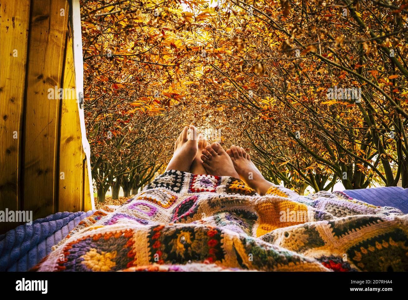 Des pieds nus se détendent avec une vue d'automne un peu à l'extérieur minibus confortable - couple relaxant et dormir ensemble avec amour et relation - concept de Banque D'Images