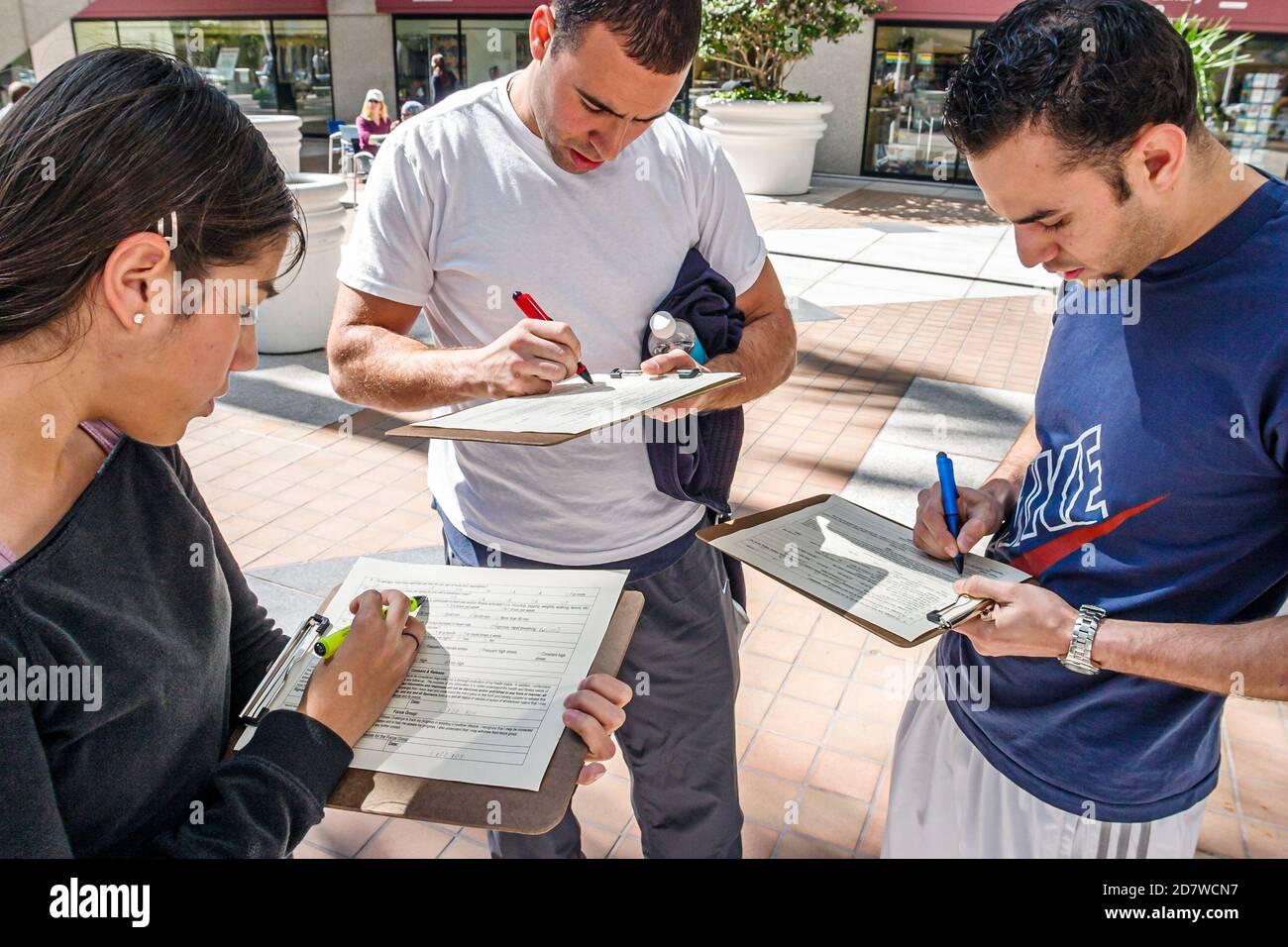 Florida Miami Mayor's Health and Fitness Challenge, remplir les remplissages remplir les réponses répondre à l'enquête, hispanique homme femme homme, Banque D'Images