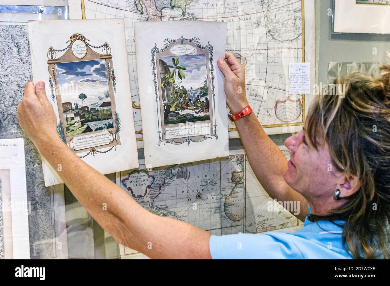 Florida Miami HistoryMiami Museum histoire, International Map Fair annuel événement à l'intérieur, vendeur de collectionneurs inspection, Banque D'Images