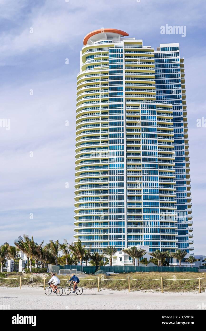 Floride Miami Beach South Pointe Continuum, immeuble élevé condominium résidences, motards vélos vélos vélos vélo équitation, Banque D'Images