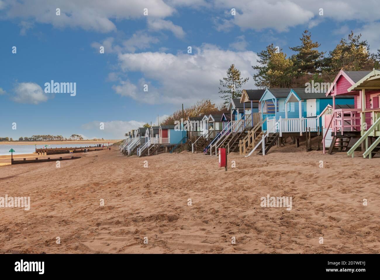 Se trouve à côté des cabanes de plage sur la côte nord de Norfolk en Angleterre. Banque D'Images