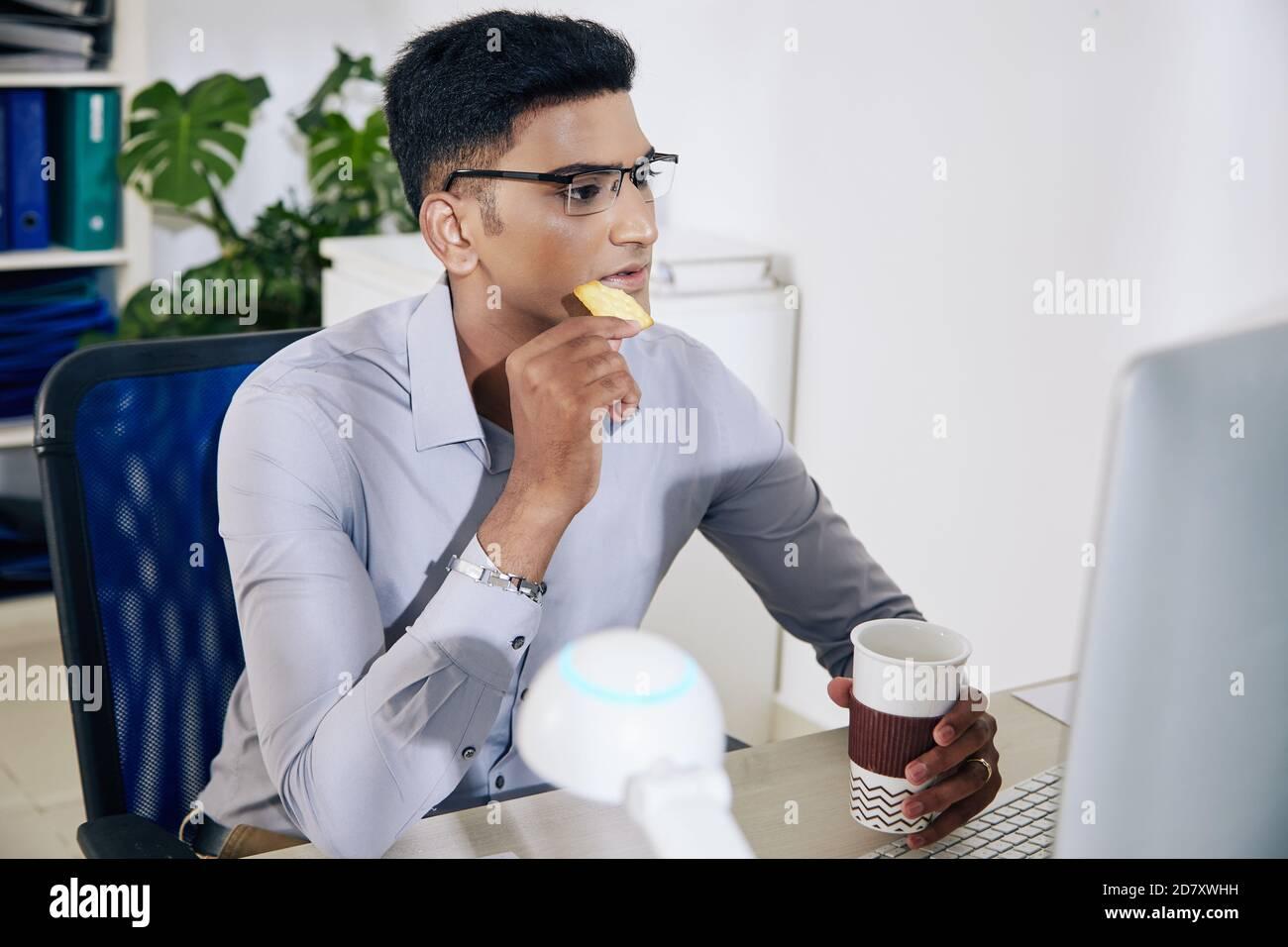Le développeur de logiciels boit du café Banque D'Images