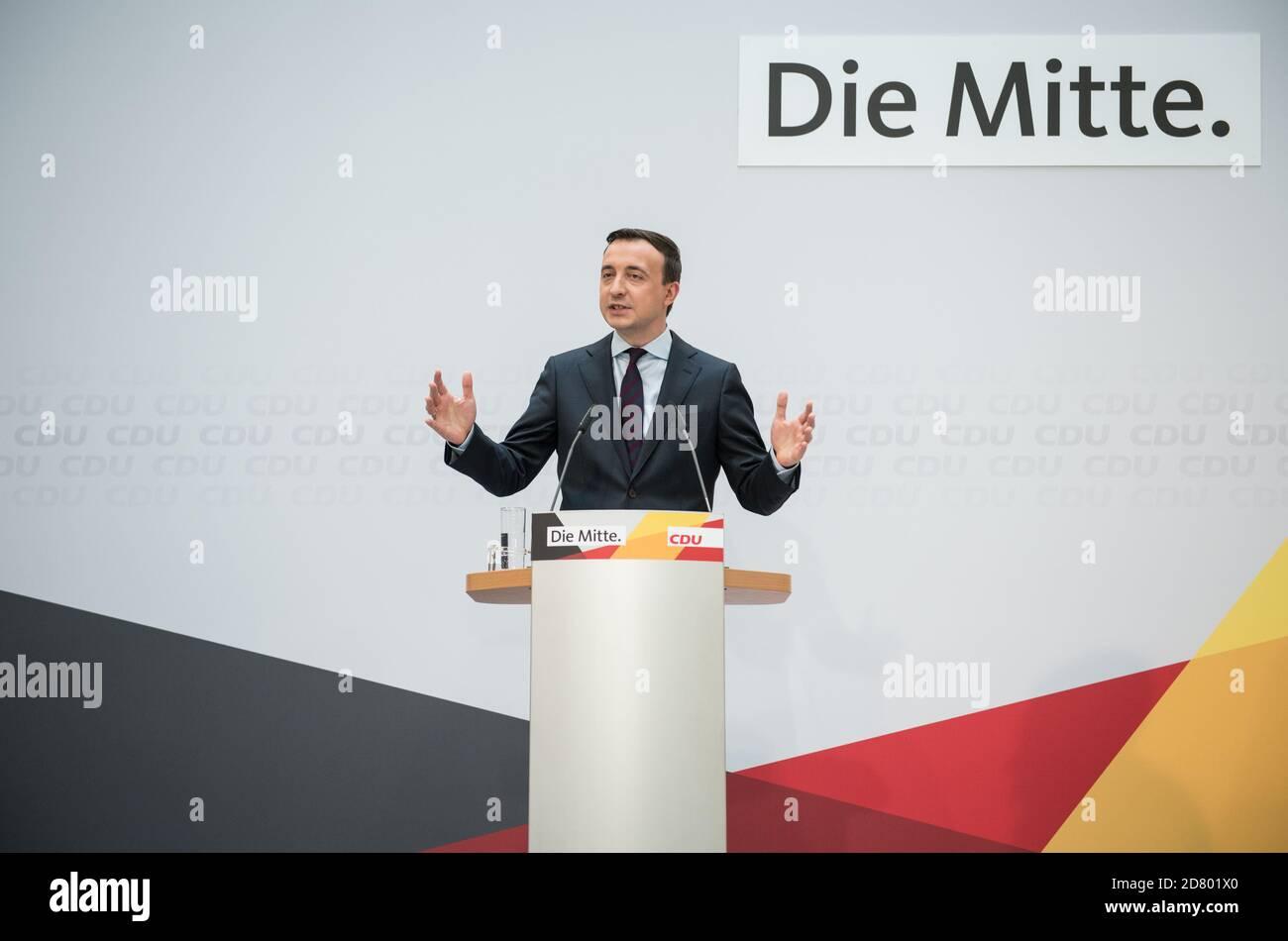 Paul Ziemiak, secrétaire général du parti conservateur de l'Union chrétienne-démocrate (CDU), tient une conférence de presse à Berlin, en Allemagne, le 26 octobre 2020. Stefanie Loos/Pool via REUTERS Banque D'Images
