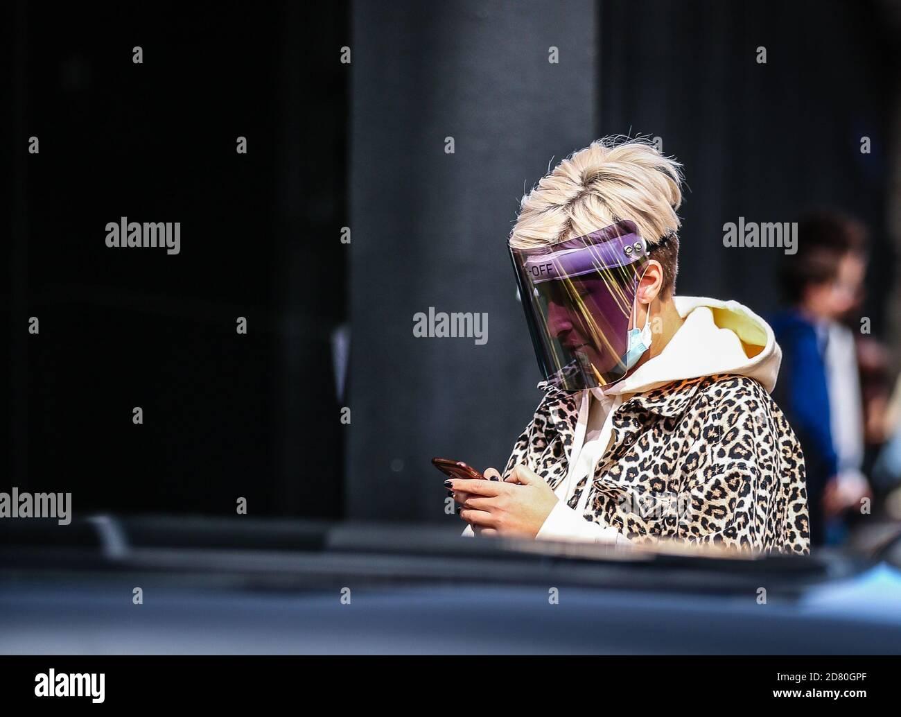 MILAN, Italie- septembre 26 2020: Les femmes dans la rue à Milan. Banque D'Images