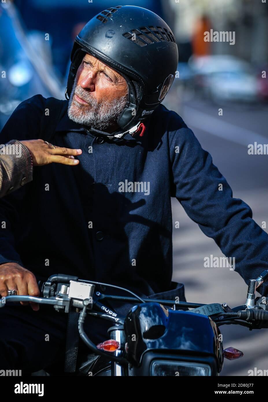 MILAN, Italie - septembre 26 2020: Hommes dans la rue à Milan. Banque D'Images