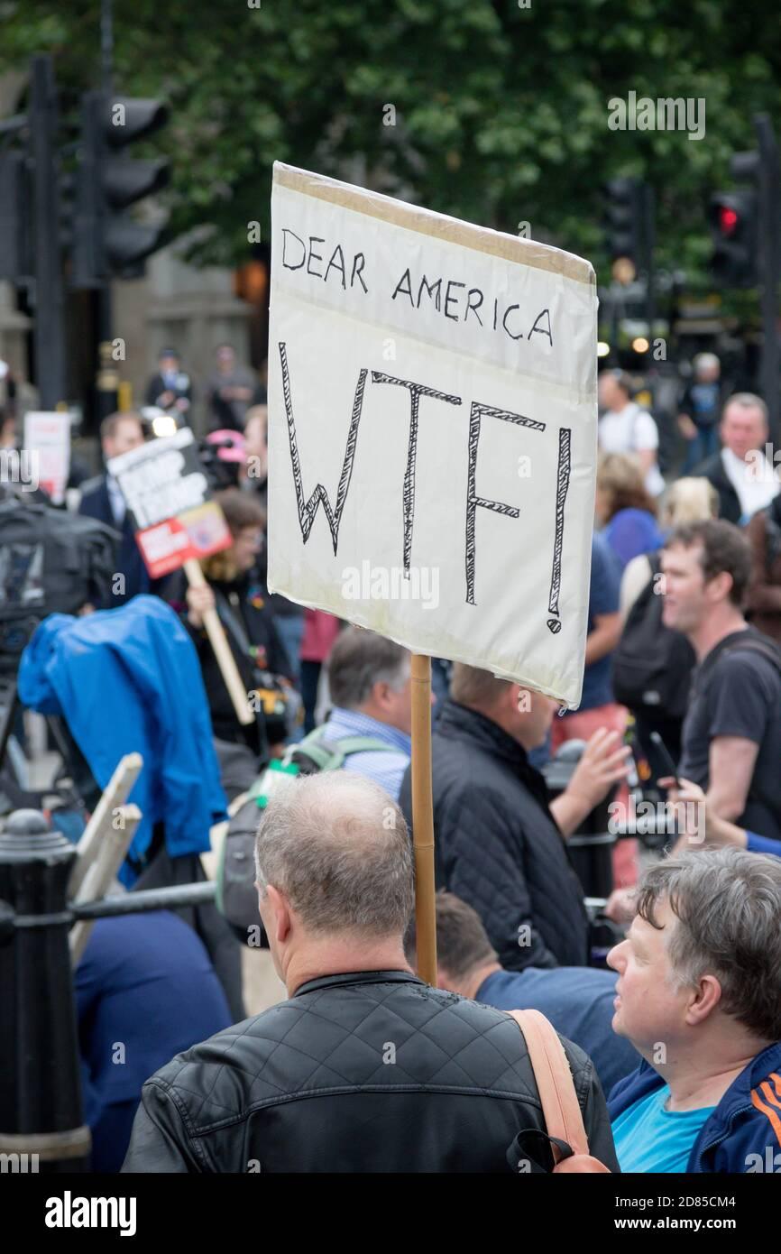 Londres, Royaume-Uni, 4 juin 2019 :- des manifestants se réunissent à Trafalgar Sqaure pour protester contre la visite d'État au Royaume-Uni du président américain Donald Trump Banque D'Images