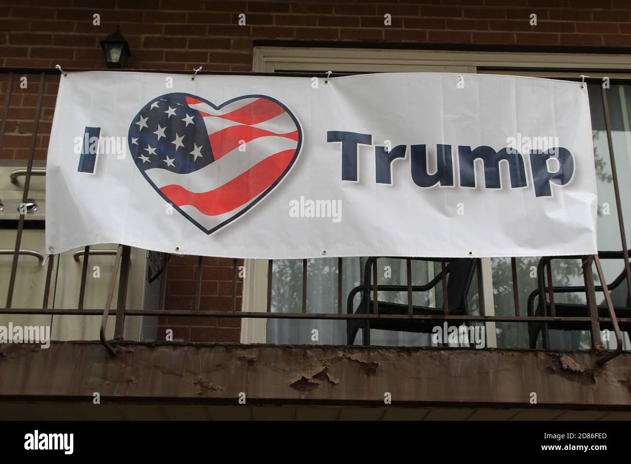 J'aime la bannière de Trump sur un balcon à Morton Grove. Illinois Banque D'Images