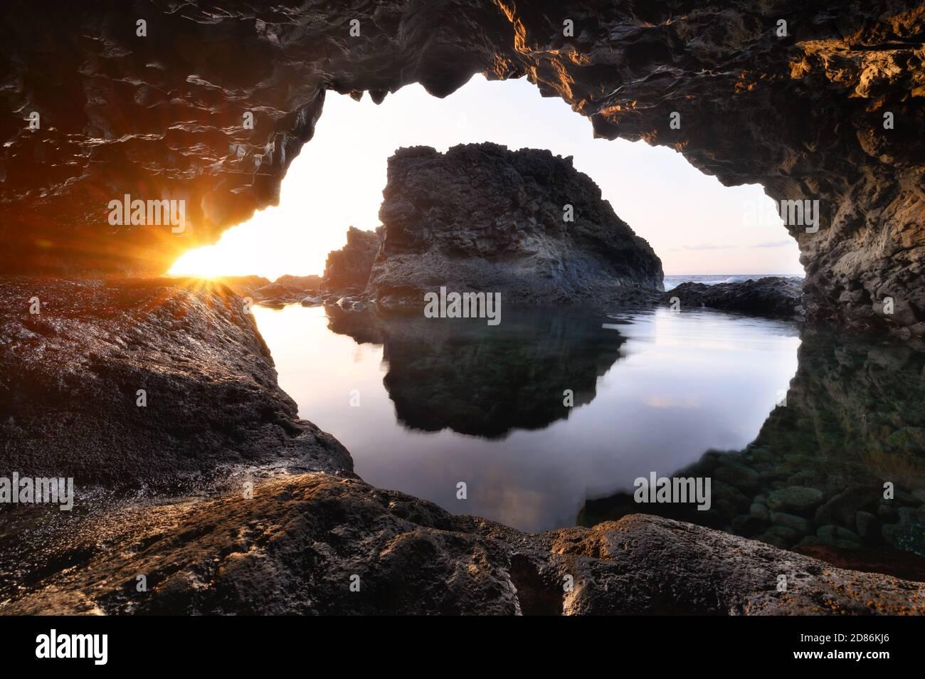 Paysage incroyable de Sea Cave au coucher du soleil. Photographie de la nature. Photo de haute qualité Banque D'Images