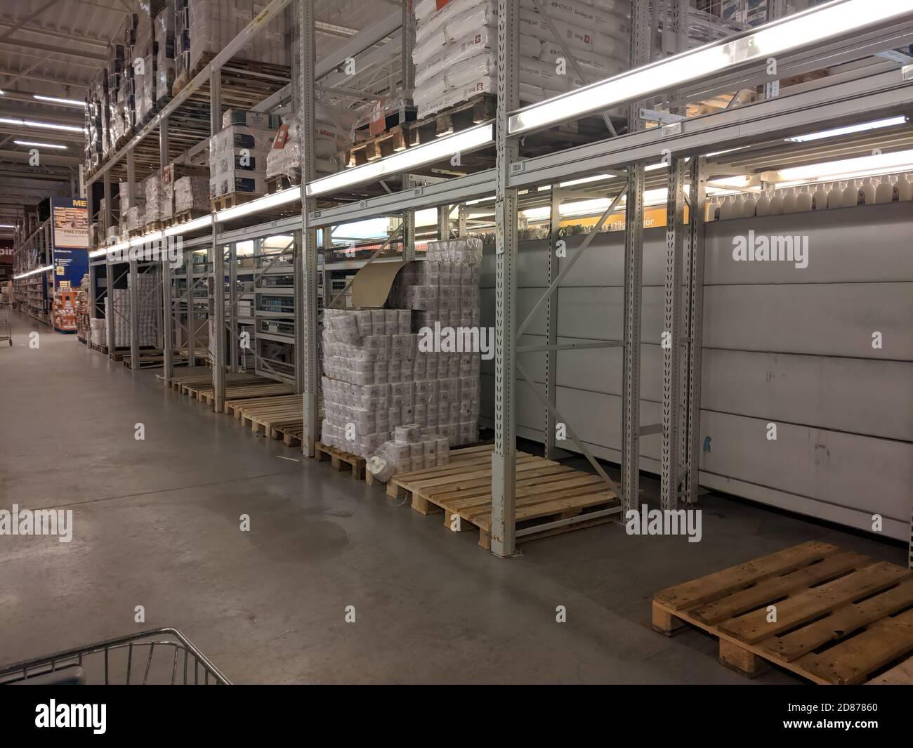 Munich, Bavière, Allemagne. 27 octobre 2020. Malgré les fournisseurs et les détaillants qui ont déclaré une fois de plus qu'il n'y a pas de problème d'approvisionnement, ce que l'on appelle Hamsterkaeufer (Hamster Shoppers, hoarders) raure les étagères des supermarchés de papier toilette, ainsi que d'autres aliments de base, tels que les pâtes et la sauce pour pâtes alimentaires. Dans cette scène, un grand supermarché a déjà presque complètement vide des étagères dans l'allée de papier toilette. Les critiques disent que cette création artificielle de pénuries dues au palissade est anti-sociale et manque de solidarité. Credit: Sachelle Babbar/ZUMA Wire/Alay Live News Banque D'Images