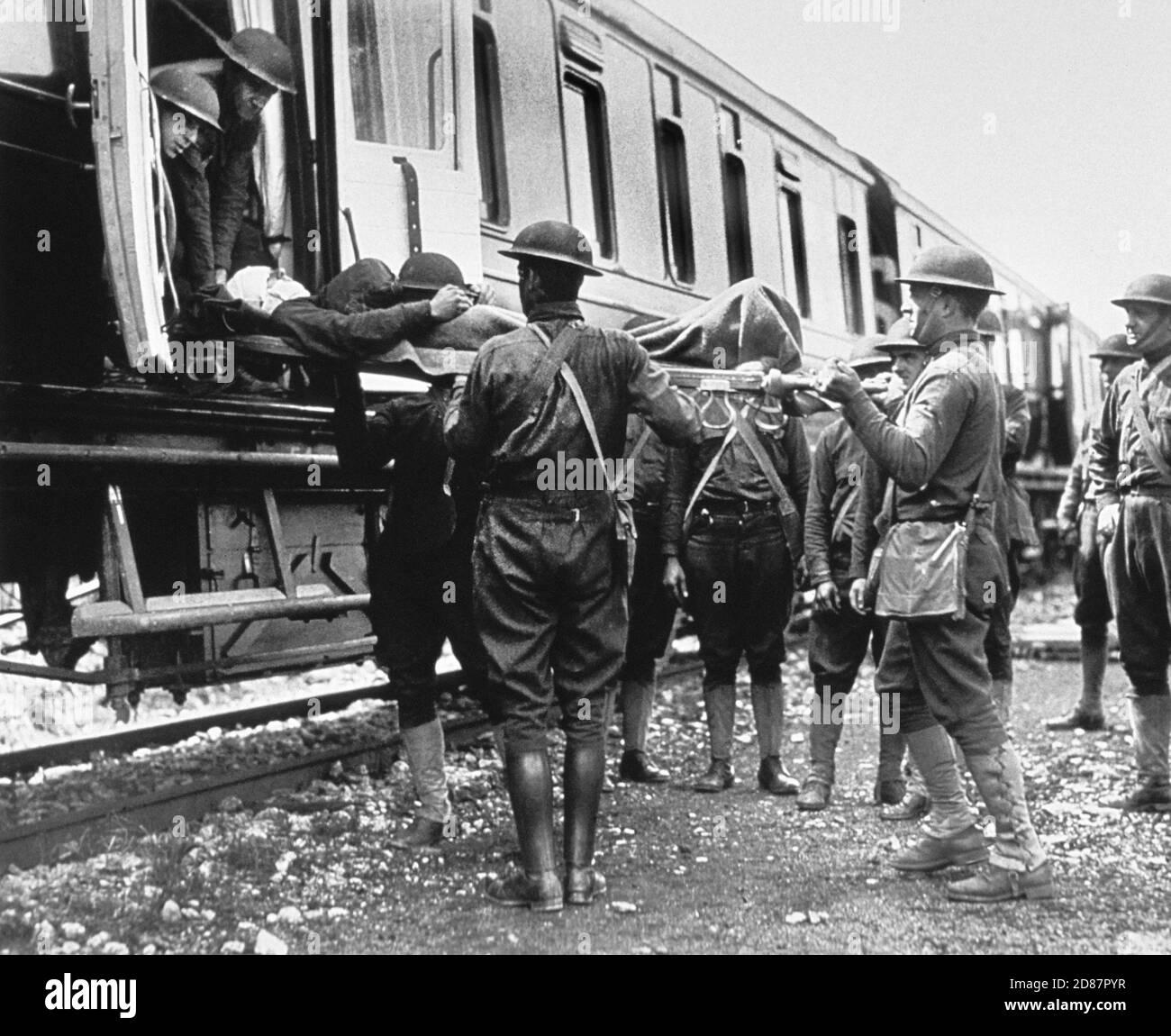 Groupe de soldats transportant des blessés à bord du train de l'hôpital, Herouville, France, U.S. Army signal corps, 27 avril 1918 Banque D'Images