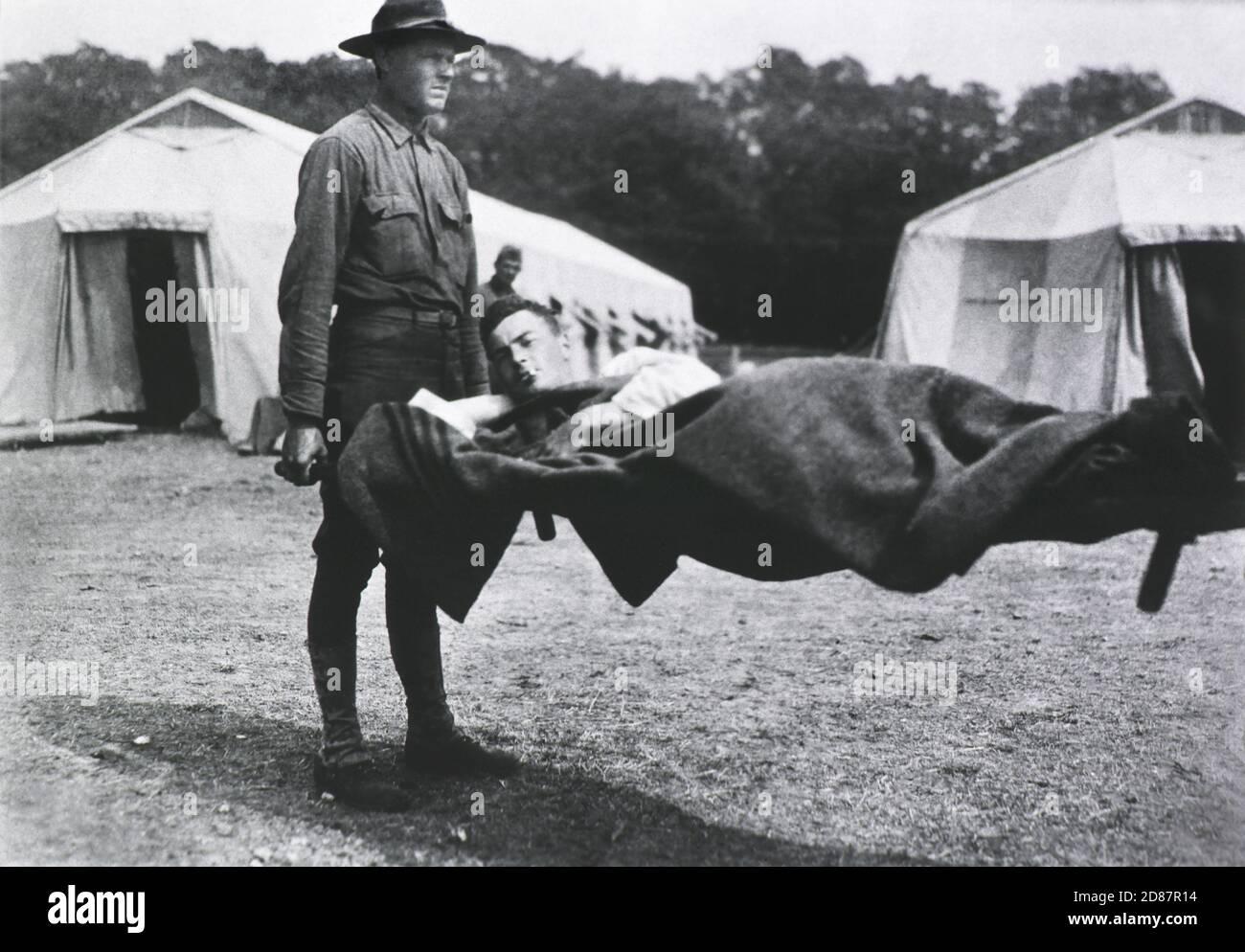 Patient transporté sur brancard, deux tentes en arrière-plan, faisant partie de l'hôpital Mobile de la Croix-Rouge numéro 5 qui a été installé sur une ancienne piste de course, Auteuil, France, 1914-1918 Banque D'Images