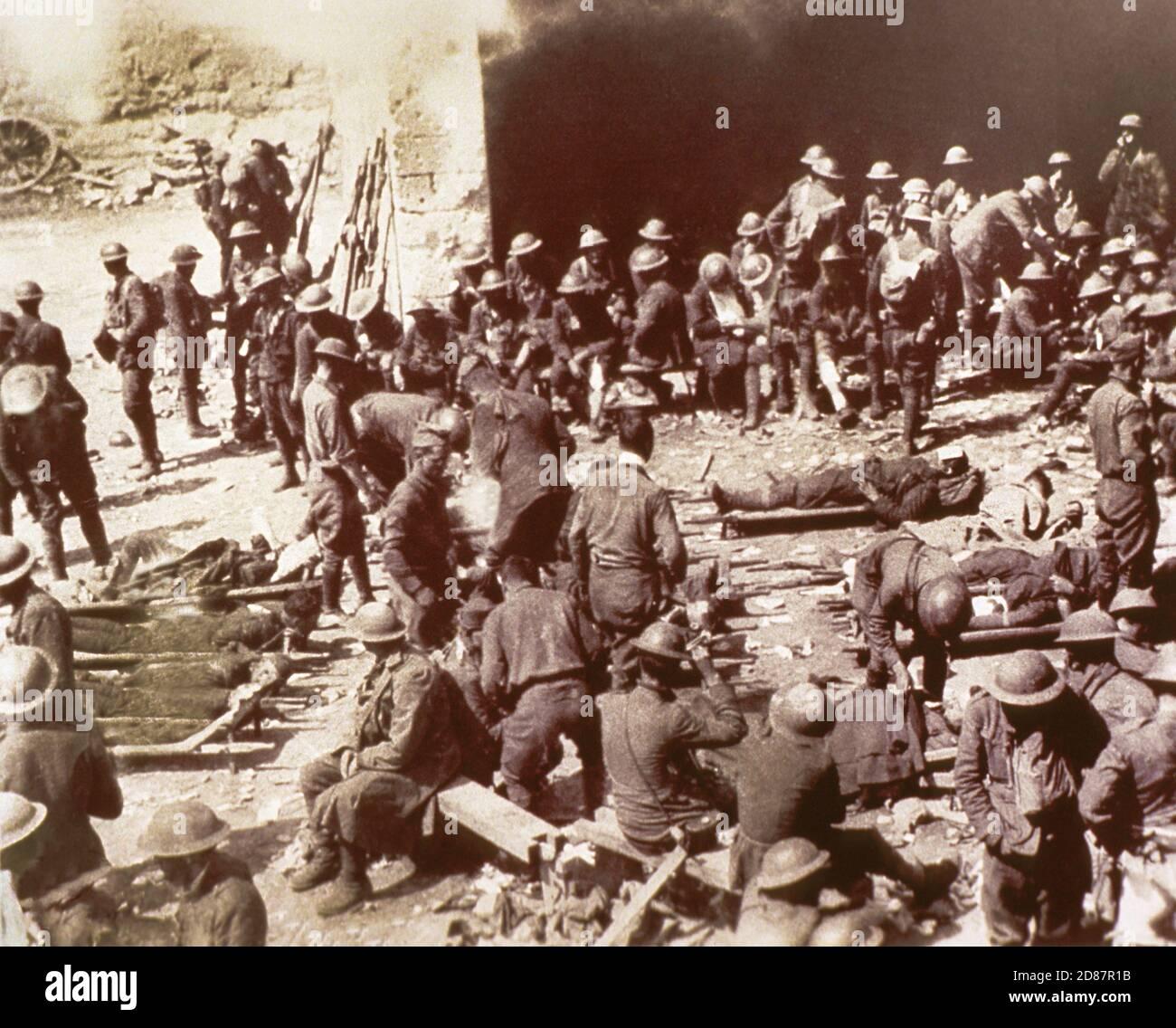 Grand groupe de soldats à la station de premiers secours juste derrière Front, 1re Division, Nissy sur Bois, France, corps de signalisation de l'armée américaine, 17 juillet 1918 Banque D'Images