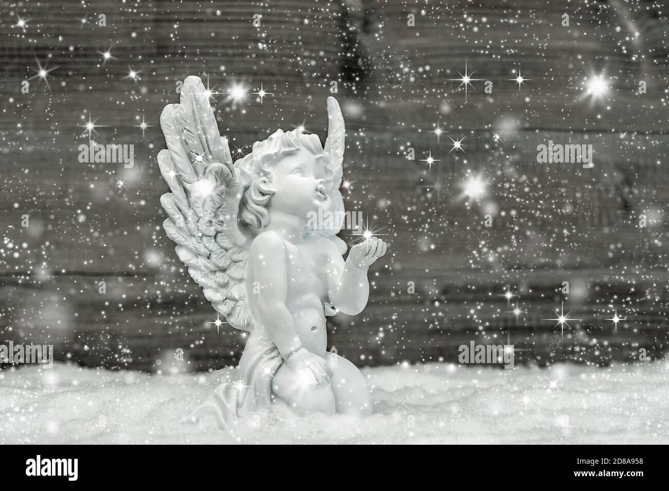 Ange dans la neige avec des flocons de neige et des étoiles. Décoration de Noël Banque D'Images