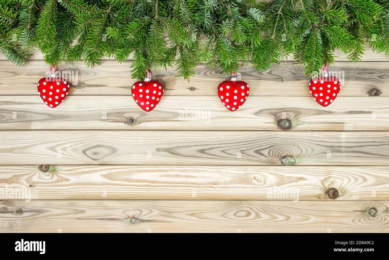 Décoration de Noël cœur rouge ornements branches de pin Banque D'Images