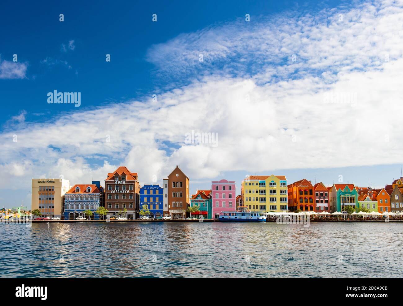 Curaçao, Antilles néerlandaises - 29 décembre 2016 : bâtiments colorés dans le port de Willemstad Banque D'Images