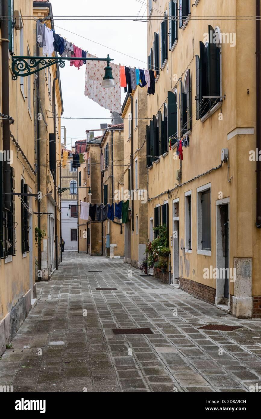 Lavage en train de sécher à partir de maisons dans une ruelle étroite dans la région de Castello de Venise, Italie 2020 Banque D'Images