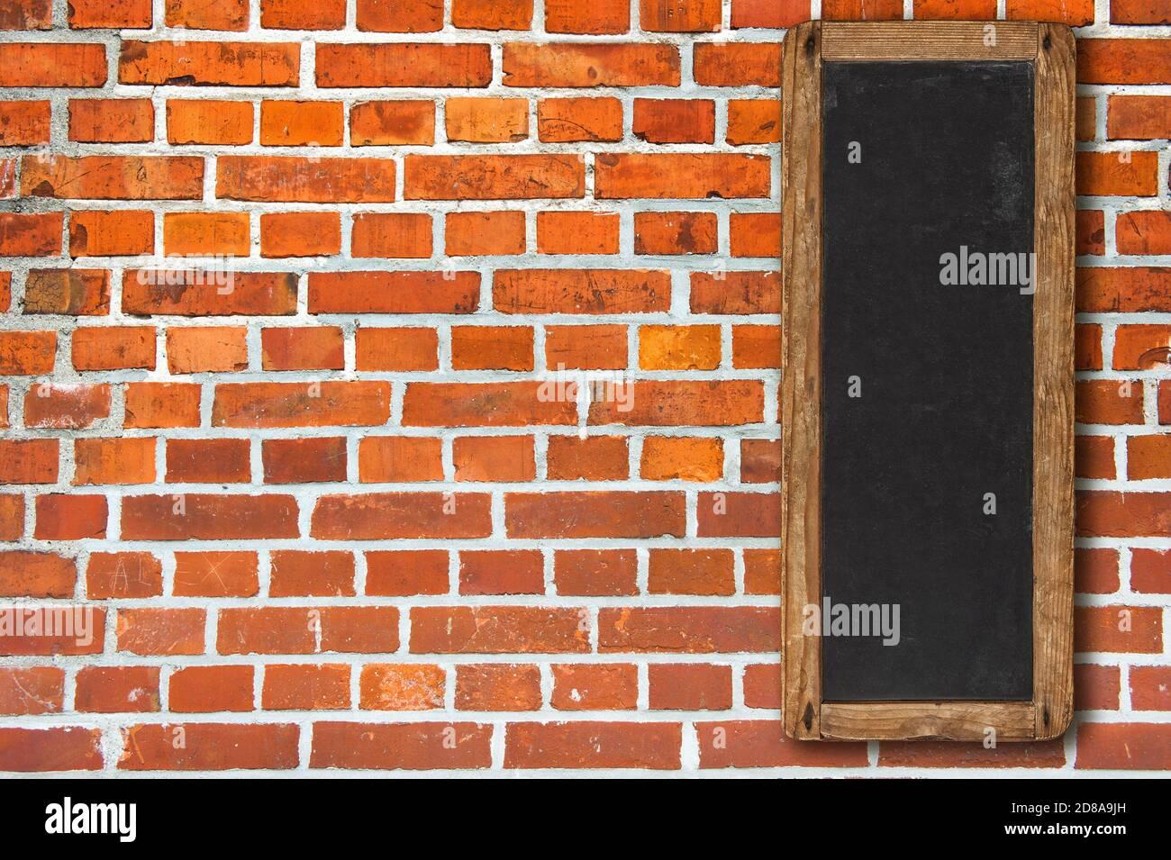 Mur en brique rouge avec panneau noir vertical vintage Banque D'Images
