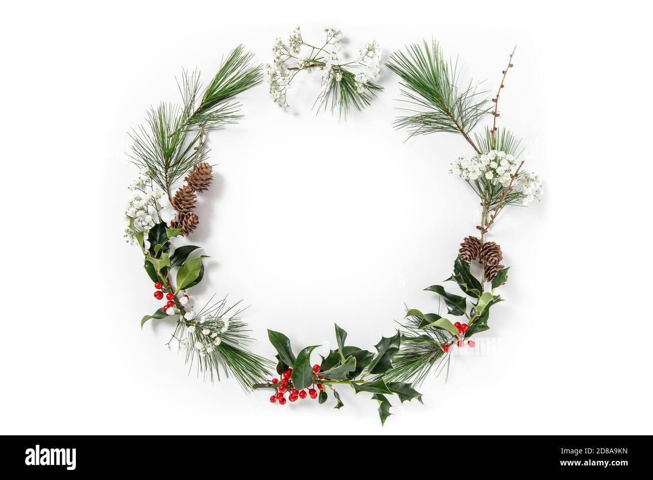 Décoration de couronne de Noël sur fond blanc. Photo stylisée Banque D'Images