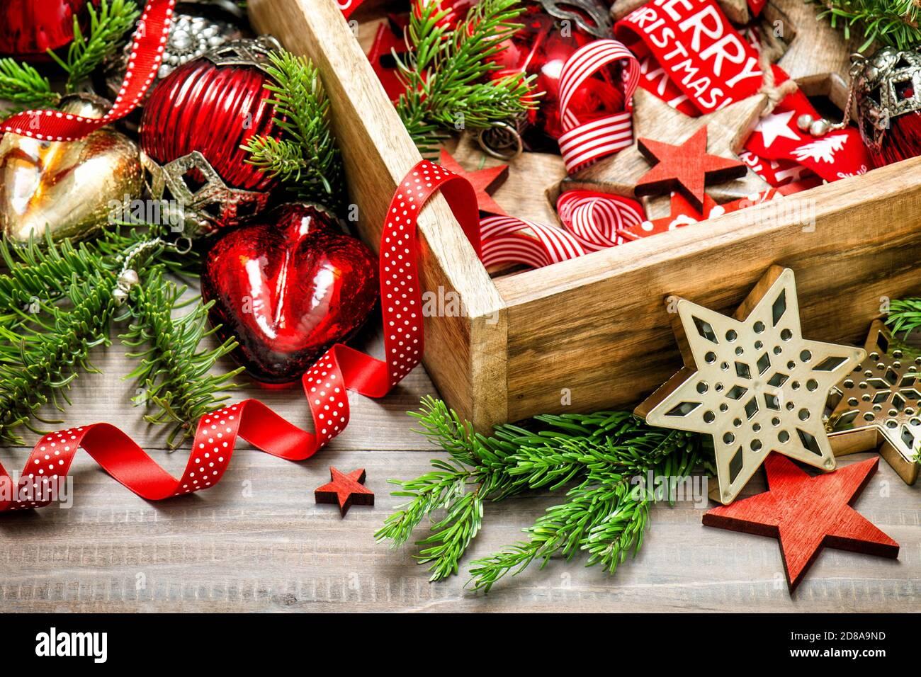 Décoration de Noël vintage rouge or ornements fond en bois Banque D'Images